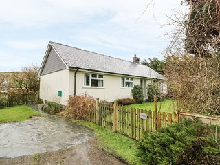 DOLAU modern bungalow, woodburner, WiFi, ideal for walks and cycling in Llwyngwr
