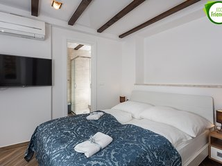 Apartments & Rooms Verdi-Superior Double Room with City View No.1