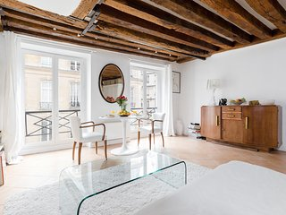 09. LUMINOUS 1BR FLAT BY RUE MONTORGUEIL AND LES HALLES