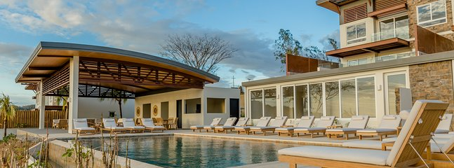 La Luna 4. Top Rated, Full Service, Deluxe 3BR 2Bath Apartment, Private Pool