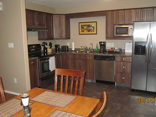 Well-Equipped, Sleeps 6, A+ Locale! 10 mins to YQR & RCMP