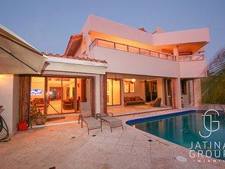 Huge Luxury waterfront villa fits 12 Guest!