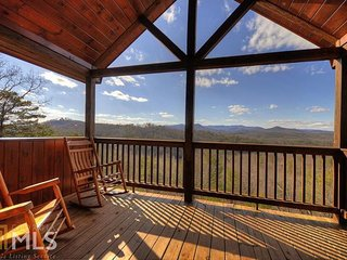 Blue Ridge, GA All Season Mountain Views Near Downtown Screened Porch Sleeps 6