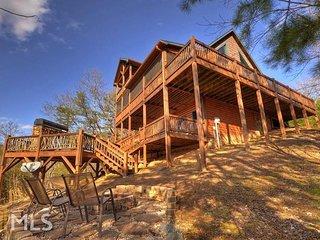 Blue Ridge, GA All Season Mountain Views Near Downtown Screened Porch Sleeps 6