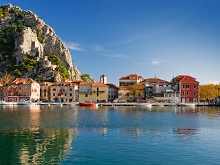 Yellow House on the river, aka CroatianBeachHouse Omis