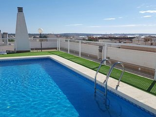 3 Bed, 2 Bath 3rd floor apartment, with roof top views and Pool.