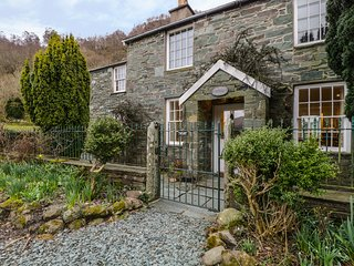 COOMBE COTTAGE, Borrowdale, 4 bedrooms, sleeping 8 people