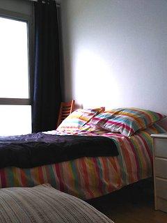 une chambre double avec placard
