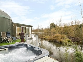 SECRET ISLAND YURT, hot tub, sauna, roll-top bath, lakeside yurt in Beckford