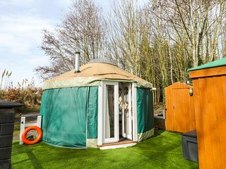 THE LAKESIDE YURT, pet friendly, country holiday cottage, with pool in Beckford,