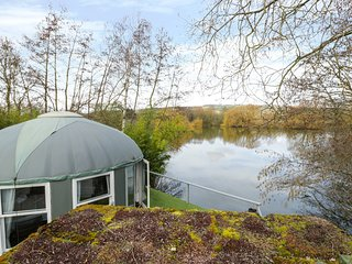 LAKEVIEW YURT, unusual romantic retreat, hot tub, sauna, king-size bed, by fishi
