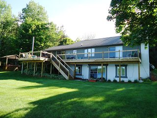 'Waters Edge' Large Cottage On Intermediate Lake--Great Summer Fun!