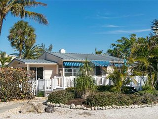 Cozy 2BR/2BA w/ Marvelous Beachviews, Close to Shopping, Restaurants, and Beach