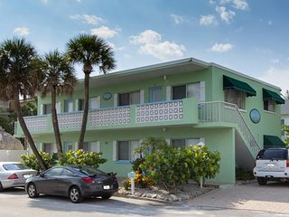 2BR/BA Condo w/ Wifi, Heated Pool, Washer/Dryer, and Walking Distance to Beach