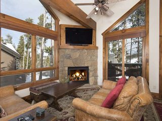Luxury on Green Ski Run - Free Shuttle -Town Close-Private Hot Tub - by iTrip