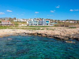 Villa Lara, LUXURY, FRONT LINE SEA VIEW, PRIVATE HEATED POOL, HOT TUB, NR BEACH