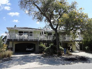 2BR and 1.5BA 1 Block from Beach, Close to Restaurants, Pool, WIFI and More