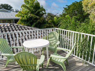 4BR 2.5BA, 1 Block from Beach Close to Restaurants, Heated Pool, WIFI and More