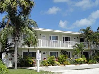 Renovated 1BR/1BA w/ Wifi, Heated Pool, Close to Shops, Restaurants, and Beach!
