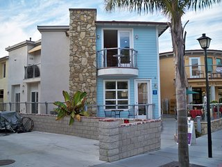 Spacious Condo near Beach & Downtown w/ Free WiFi & Flat Screen TV