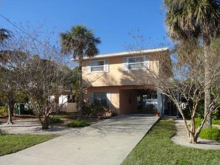 Cozy 2BR/2BA Close to Beach, Shopping, and Restaurants