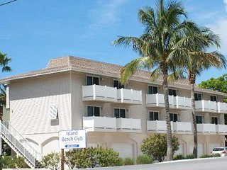 2BR 2BA With Pool, Garage, Close to Beach and Shopping, WIFI and More