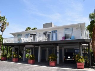 2BR 2 BA With Heated Pool, Few Steps from Beach and Minutes from Shopping and Re