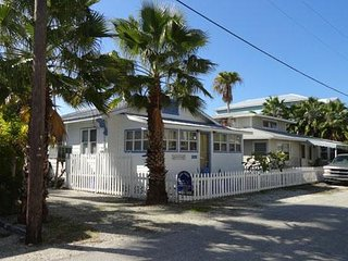 2BR 1BA Close to Beach and Shopping, Private Open Deck, Pet Friendly