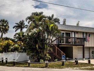 Wonderful 2BR 2BA with PRIVATE Pool, 300 Yards from Beach,  Lounge Chairs
