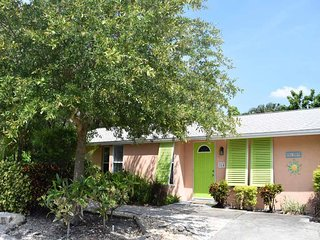 Beautiful 2BR/2BA Duplex in Holmes Beach w/Heated Pool & Spa, and Private Lanai