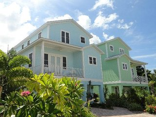 4BR and 3.5BA with Den, Pool and Jacuzzi, 2 Min Walk to Beach and More