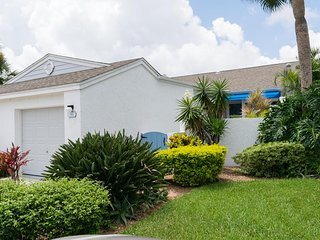 Lovely 2B/2B Condo w/ fun communal amenities, 2 miles from beautiful beaches!