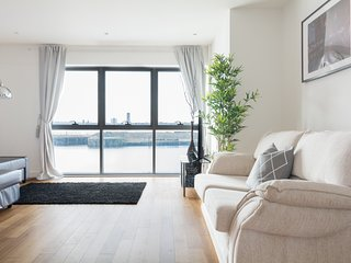 Gorgeous Waterfront Apartment - Central with Amazing Views