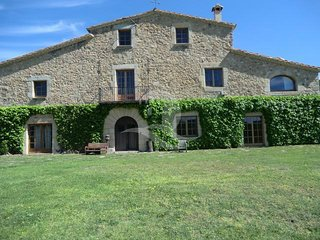 Impressive Catalan Masia in a large plot, in Santa Cristina