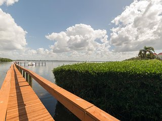 Direct Bay Front Condo w/ Screened Lanai, Free WiFi & Pool Access