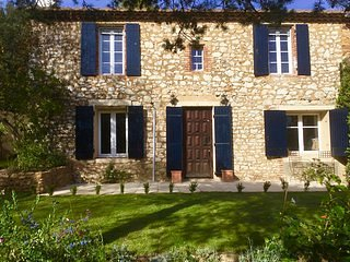XIXe PROVENÇAL STONE MANOR HOUSE WITH POOL/GARDENS near BUSTLING UZES, vacation rental in Gaujac