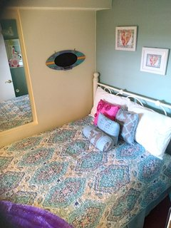 Comfy 3rd BR, full bed, TV/Cable/DVD. . . cute and cozy.
