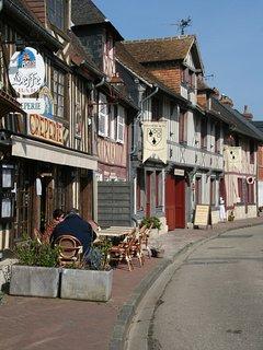 Pretty village of Beuvron-en-Auge (30mn).