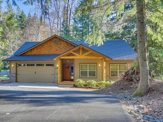 Sparkling home w/ hot tub, firepit & deck - next door to golf, near ski slopes!