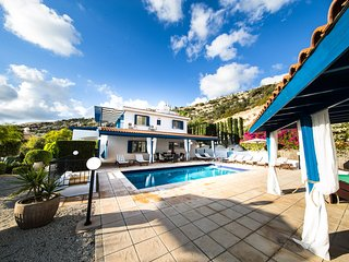 VILLA OCEANA, Private, 5 Bed, Amazing Gardens and Views, Private Pool, Hot Tub