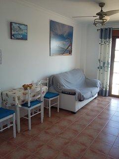 Salón con aire acondicionado y ventilador