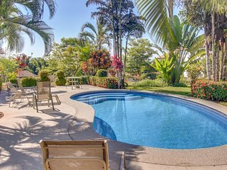 Tropical seaside condo w/shared pool - close to the beach & local attractions