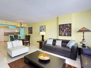 Oceanview condo w/ shared pool - close to restaurants, right on the beach!