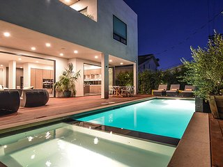 Celebrity Villa with pool, fits 12, 3 min walk to the stip!