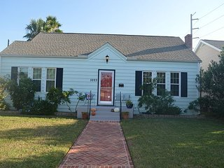 Sleeps 10, 4BR Mid-Town, Close to Beach