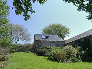 THE ROUNDHOUSE, sweet, romantic, reverse level cottage with large gardens to