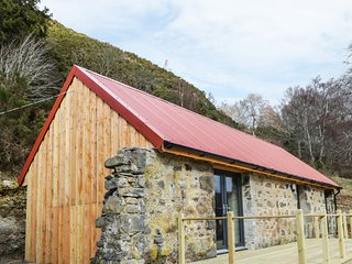 EAST CRAIGDHU COW BYRE, WiFi, log-burner, valley views Ref 977016