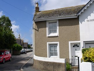 3 REDINNICK PLACE, comfortable cottage, walking distance to town and beach. In