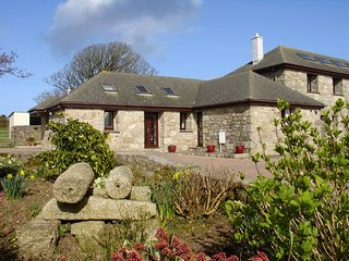 VENWYN MANOR, single storey cottage close to sandy beaches of St Ives. In Carbis