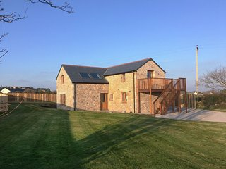 THE HAYLOFT, gorgeous, detached pet friendly cottage with superb sea views